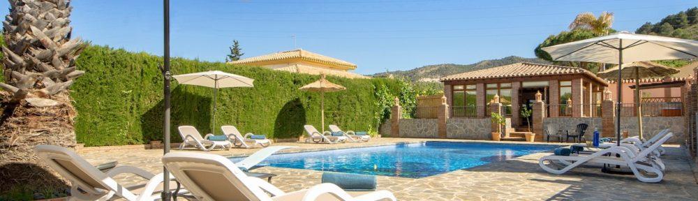 in het zonnetje heerlijk ontspannen bij het zwembad van de luxe bed & breakfast