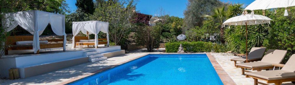 Groot zwembad met ligbedden en day bedden bij de sfeervolle Bed & Breakfast